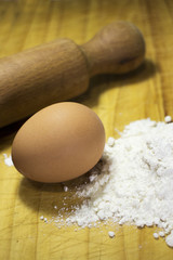 sfondo preparazione pasta fresca con uovo e farina