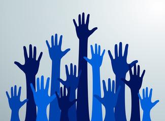 Siluetas de manos azules levantadas hacia el cielo. Multitud