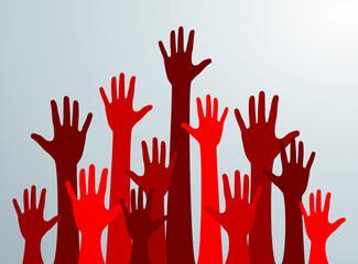 Siluetas de manos rojas levantadas hacia el cielo. Multitud