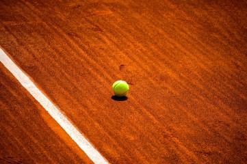 Terrain de tennis et balle jaune