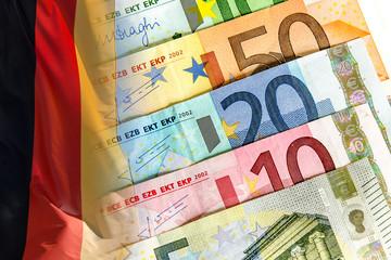 Euro Banknoten und Deutschlandfahne