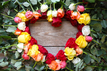 Herz aus bunten Rosen