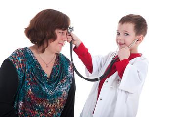 Mutter und Sohn spielen Doktor mit Stethoskop