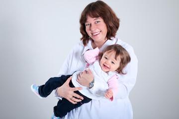 Glückliche Mutter, Tochter lacht herzhaft
