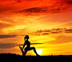 haciendo gimnasia frente al sol