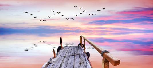panoramica de un amanecer con reflejos en el lago