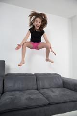 enfant  saut en l'air sur fond blanc