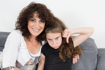 Maman joyeuse et petite fille en colère