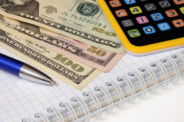Бизнес-натюрморт с предметами бизнеса. Доллары и калькулятор