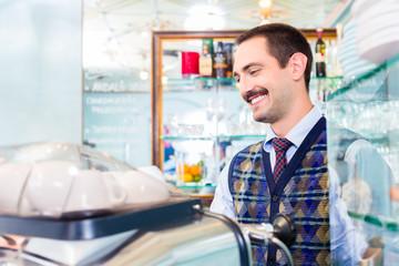 Barista macht Kaffee oder Espresso in Cafe Bar