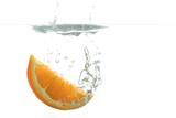 Orange taucht ins Wasser