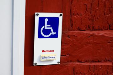 Schild und Klingel für Rollstuhlfahrer