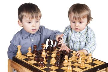 Dwójka dzieci gra w szachy