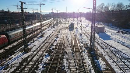 Bahngleise Gegenlicht zug