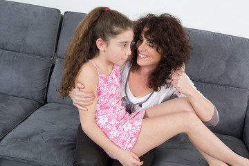 Maman et sa fille qui lui dit un secret
