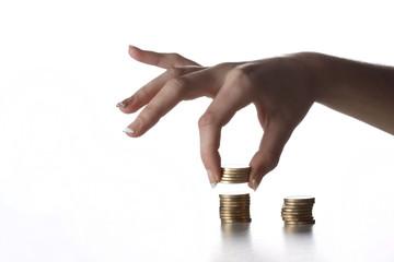 Mano contando monedas