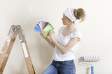 Frau sucht Wandfarbe aus