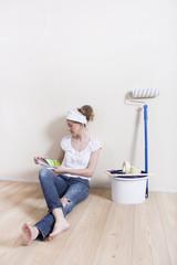 Frau sucht Farbe zum streichen aus