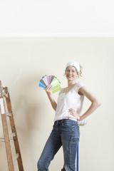 Frau sucht neue Wandfarbe aus
