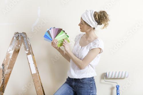 canvas print picture Frau sucht Wandfarbe aus