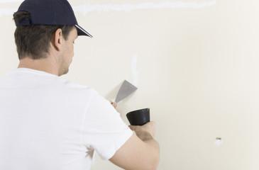 Mann renoviert Wand