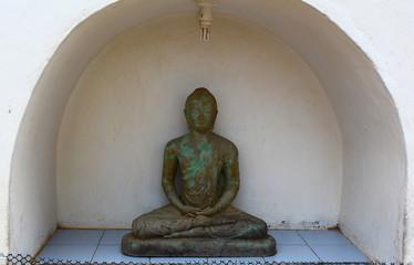 Бронзовая статуя Будды