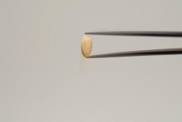 お箸で豆を摘む