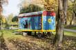 Une roulotte dans un parc