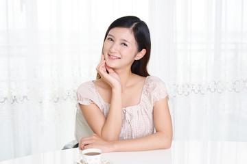 紅茶を飲む笑顔の女性