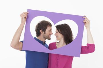Paar sucht bei jedem anderen hinter herzförmig,en Rahmen