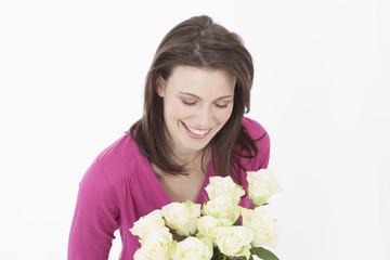 Junge Frau mit Rosen, lächelnd