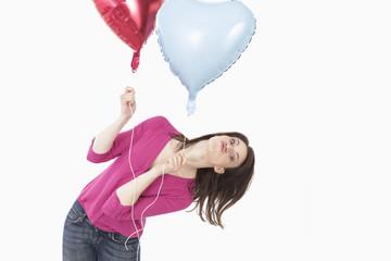 Junge Frau, die herzförmigen Luftballons, Portrait