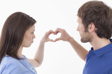 Paar macht Herz Form