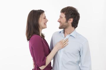 Paar umarmt sich, lächelnd