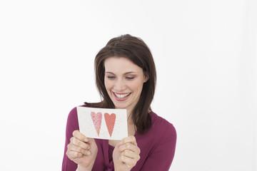 Junge Frau mit Valentinstag crad, Portrait