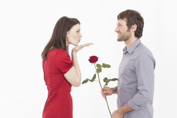 Mann wird von Frau geküsst
