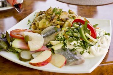 Matjes Hering mit Jopghurtdressing, Früchten und Bratkartoffeln