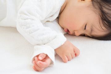 お昼寝する赤ちゃん