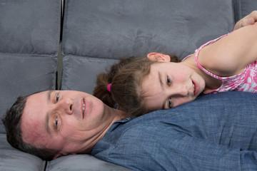 Papa devant la télé avec sa fille