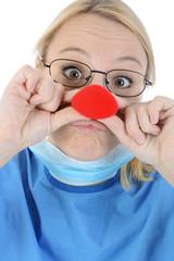 OP-Arzt mit Clownnase als Klinikclown