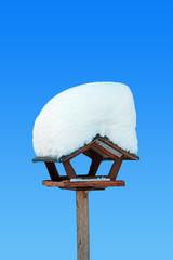 Vogelhaus mit Schneedecke