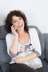 Femme ayant un fou rire au téléphone