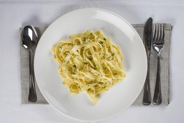 Tallarines con aceite de oliva y hierbas en el restaurante