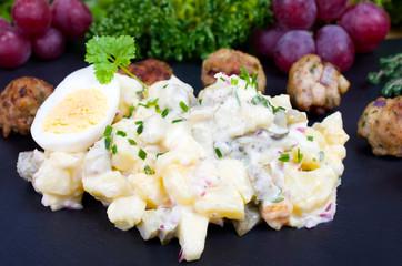 Frikadellenbällchen mit Kartoffelsalat