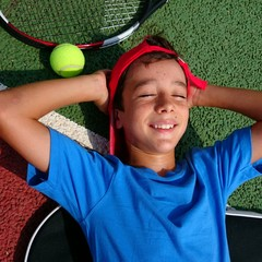 Niño soñando con ser tenista