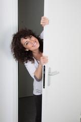 Femme mains sur la porte