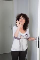 Femme derrière une porte