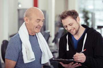 kunde macht einen vertrag im fitness-studio