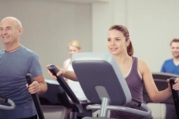 leute trainieren im fitness-club