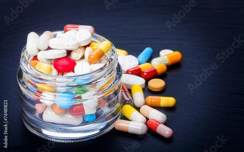 Bunte Tabletten, Dragees, Pillen - 76481823